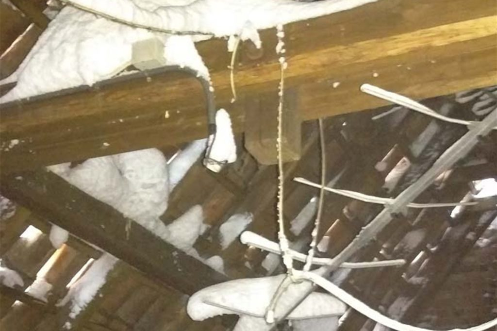Der Schnee setzte sich zwischen Dachpfannen und Dachsparren fest.