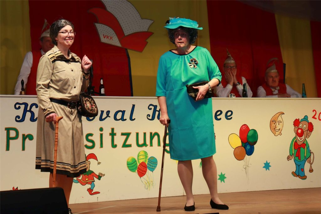Angelika Ahmann (l.) und Astrid Diekerhoff von den Landfrauen bei der 17. Prunksitzung des Vinnumer Karneval Komitees (VKK).
