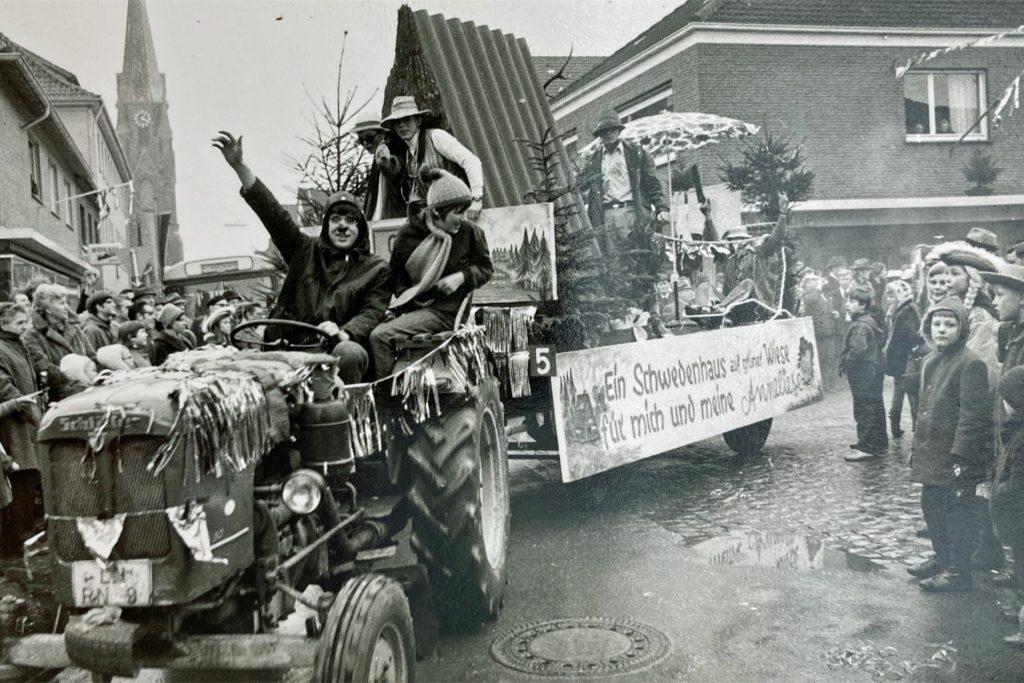 Kreativ und spontan waren der Kitt und die Karnevalisten schon immer. Als vor Jahrzehnten am Samstag vor Nelkendienstag die Zahl der Mottowagen eher klein war, bauten Franz-Josef Schulte im Busch und andere