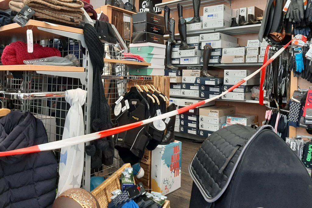 Der Bereich im Geschäft mit der Ware für die Reiter ist abgesperrt.
