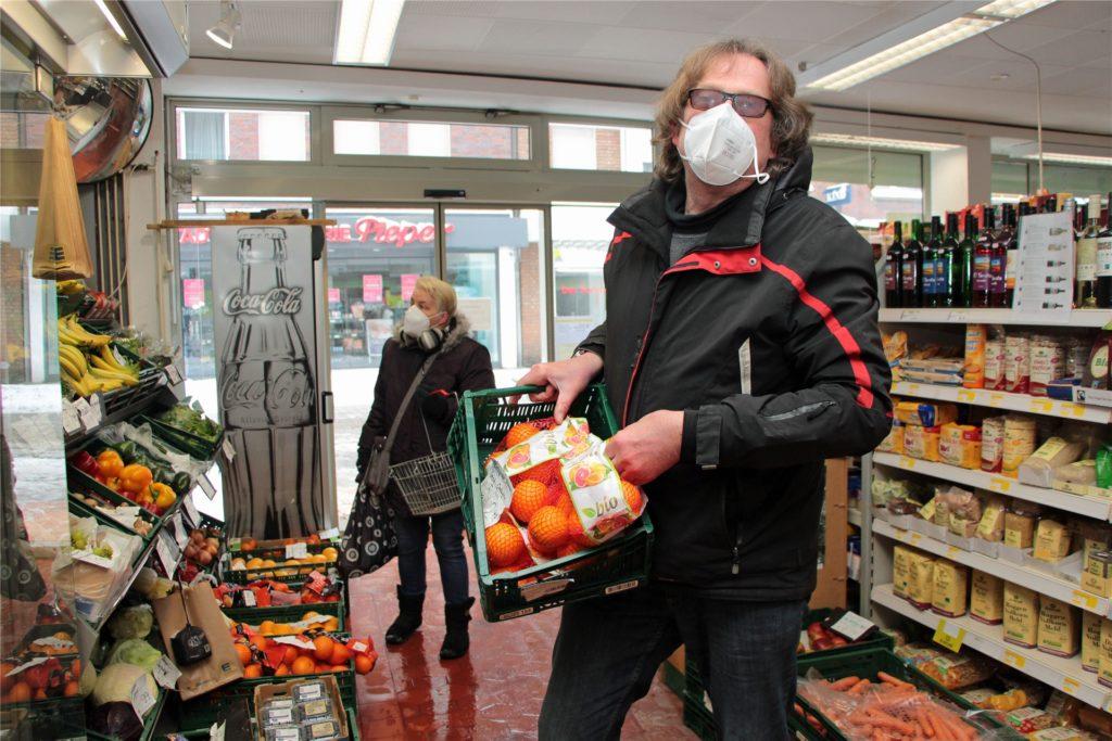 Clemens Overmann stapelt die Südfrüchte während der eisigen Winterzeit nun in seinem Laden.