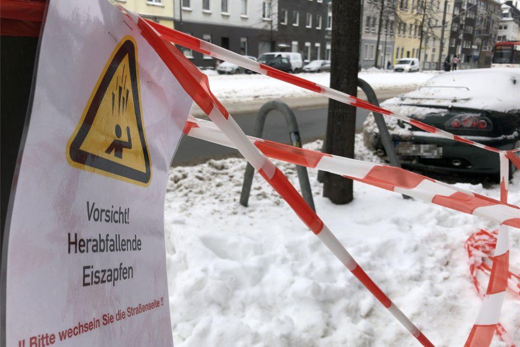 An der Hamburger Straße, Höhe der Stadtbahn-Haltestelle Lippestraße, wird vor Gefahr durch Eiszapfen gewarnt. Diese hängen an einem Geschäftshaus.