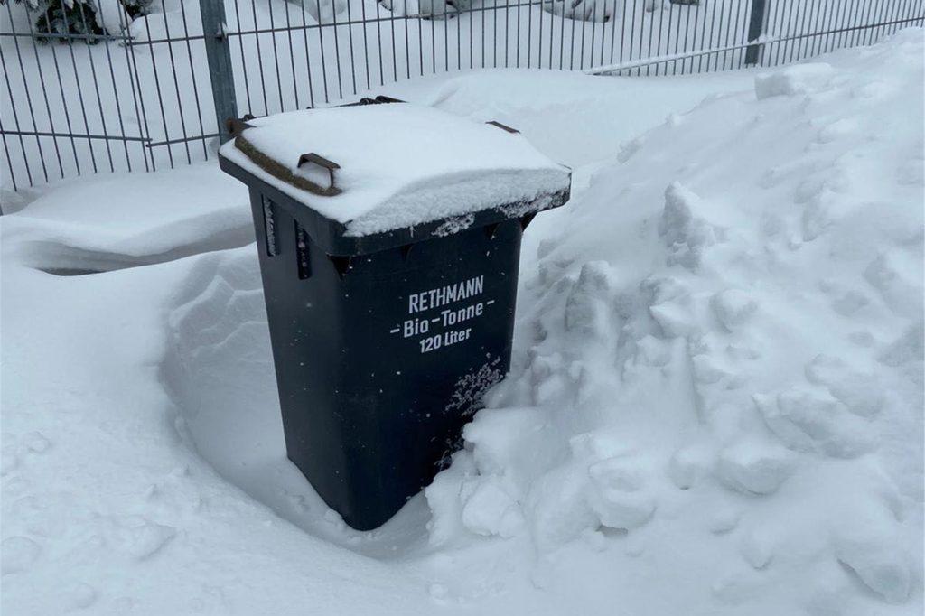 Die Mülltonnen sind teilweise von Schneebergen verdeckt. Das erschwert die Arbeit der Müllabfuhr in Herbern.
