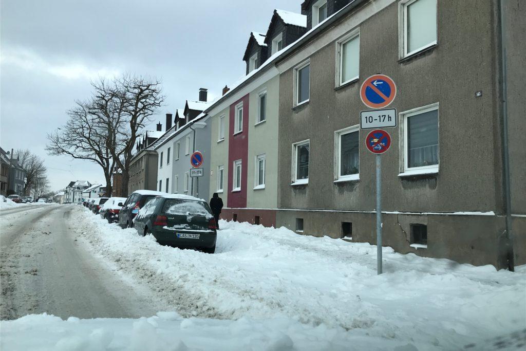 Das Schneetreiben am Montag, 8. Februar, in Castrop-Rauxel: Wie soll man da auf den Parkstreifen kommen? Ein Problem für viele Anwohner, hier auf der Dortmunder Straße auf Schwerin.