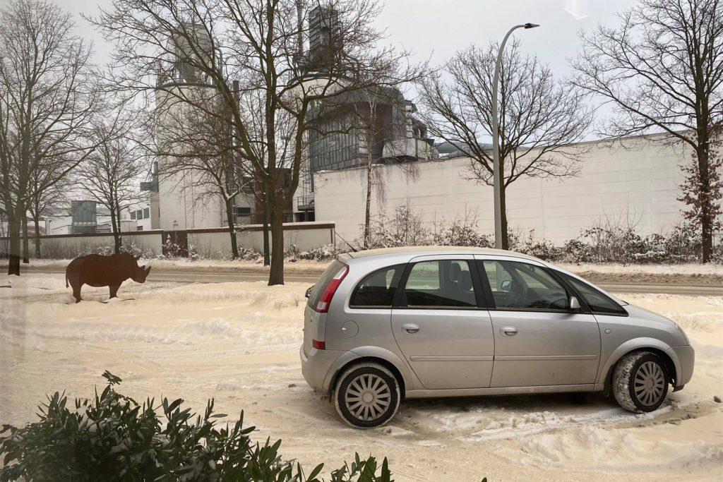 Feine Holzspäne aus einem Riss in einem Spänebunkter der benachbarten Firma Ter Hürne landeten vorwiegend auf dem Gelände der Firma Oing an der Ramsdorfer Straße in Südlohn. Jetzt ist es dort Späne-gelb statt schneeweiß.