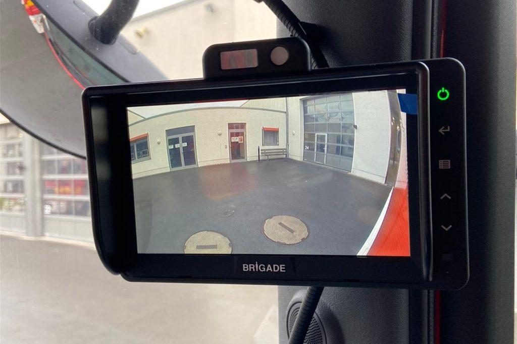 Über einen Monitor hat der Fahrer jetzt auch den toten Winkel seitlich des Feuerwehrautos im Blick. Zusätzlich gibt es akkustische und optische Signale.