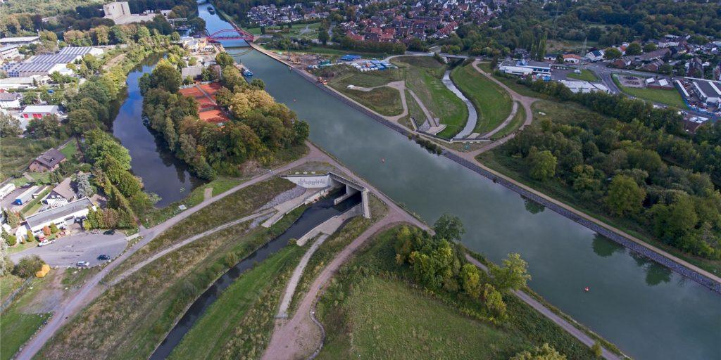 """Die Emscher zwischen Wasserkreuz und HochwasserrückhatebeckenRegenrckhaltebecken in Ickern ist Teil der """"Industriellen Kulturlandschaft Ruhrgebiet""""."""