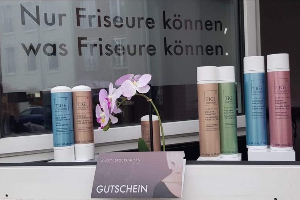 Shampoo, Conditioner und die richtige Farbe zum Färben und Tönen daheim können Kunden am Salon  kaufen.