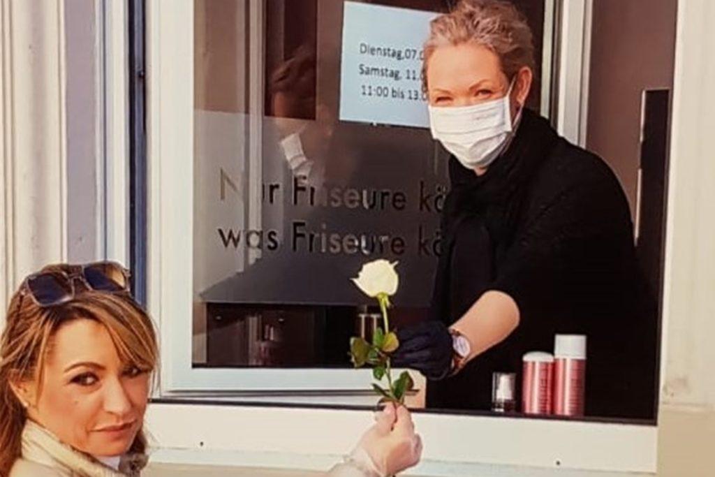 Katrin Stockhausen, Friseurmeisterin aus Werne (r.), bietet während des Lockdowns ihren Fenster-Verkauf mit Haarpflege-Produkten an.