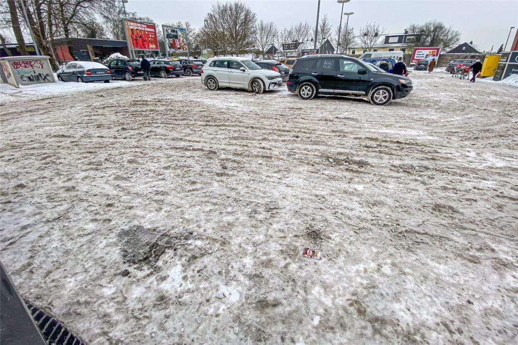 Am Mittwoch (10.2.) war der Parkplatz des Rewe-Markts an der Bayrischen Straße augenscheinlich nicht geräumt.
