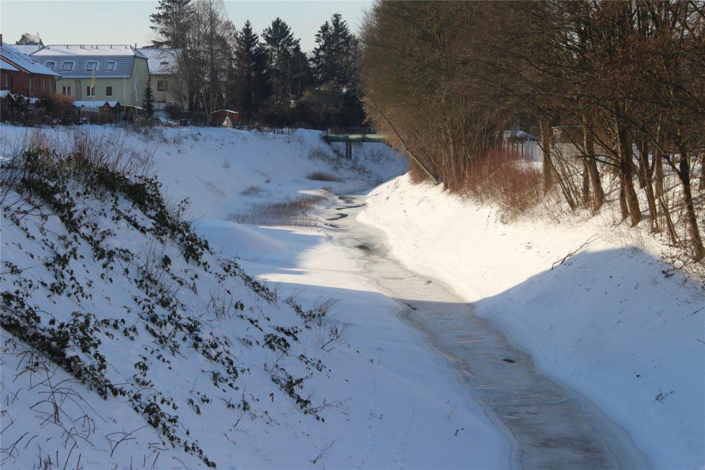 Der Roßbach in Huckarde ist zugefroren, doch auch vor diese Eisdecke sollten sich Fußgänger hüten.