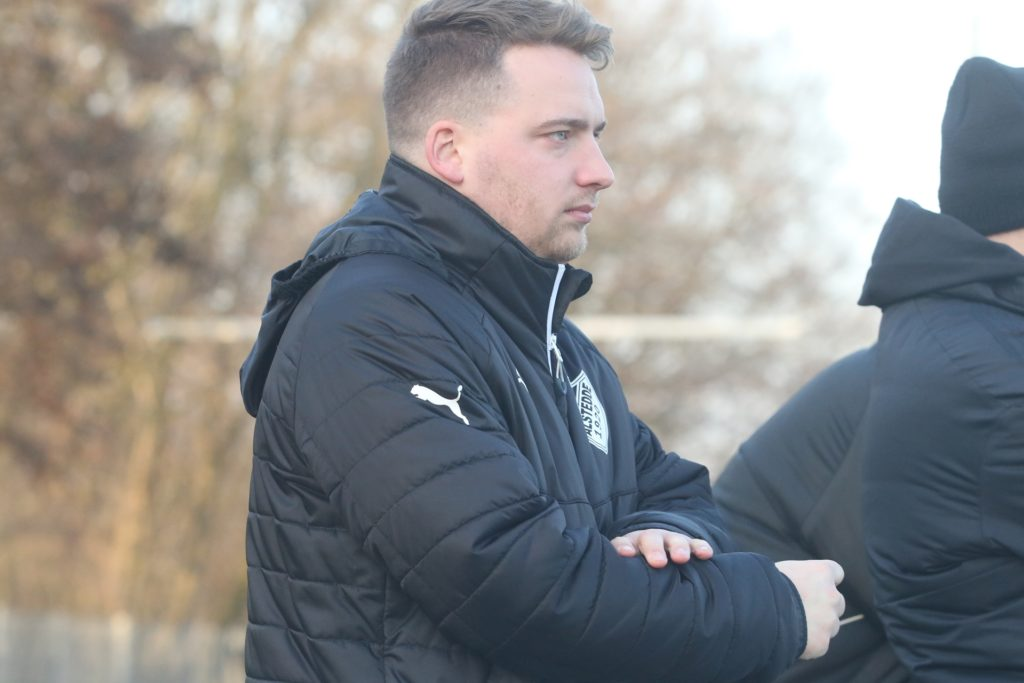 Der Sportliche Leiter von BW Alstedde Benedikt Kuhne hat zwei A-Jugendliche zur ersten Mannschaft hochgezogen.