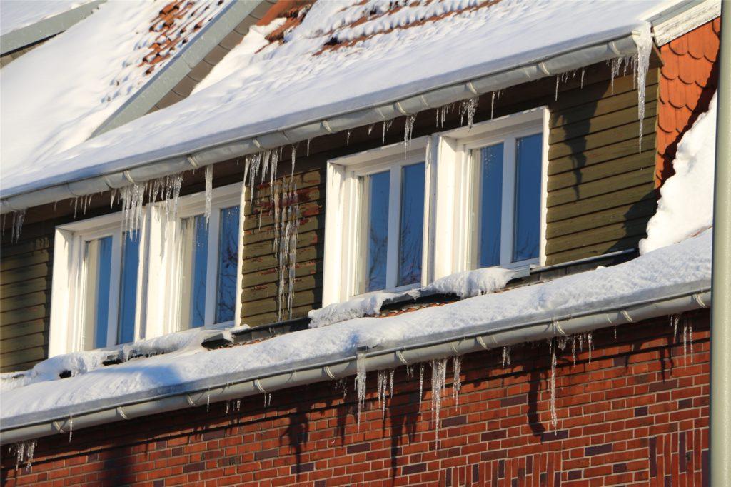 Lange Eiszapfen an hohen Gebäuden - hier sind die Hauseigentümer in der Eigenverantwortung, diese zu entfernen.