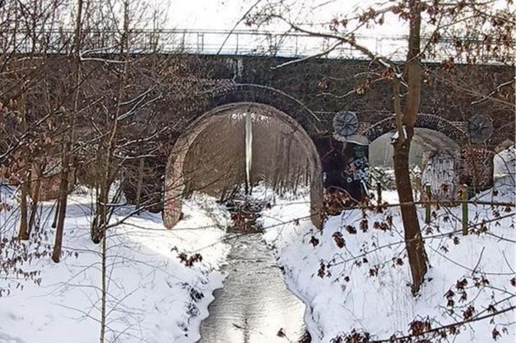 Dieser Eiszapfen wächst seit ein paar Tagen unter einer Brücke in Aplerbeck.
