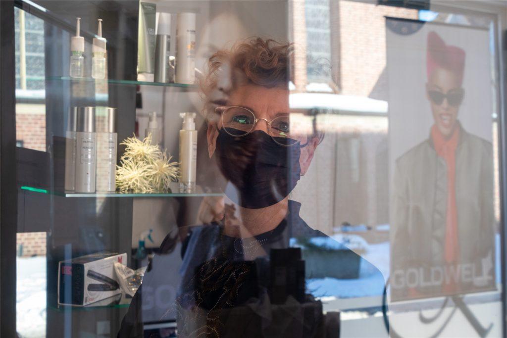 Kerstin Kühn und ihre Branchenkollegen werden ihre Salons am 1. März unter den neuen Corona-Hygieneregeln wieder öffnen. Zehn Quadratmeter pro Person heißt es dann unter anderem.