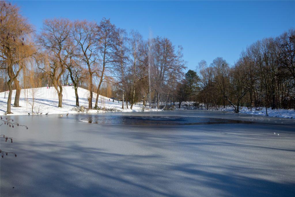 Winterdidylle pur: Aber das Ordnungsamt mahnt: Nur gucken, die Eisfläche darf auf keinen Fall betreten werden.