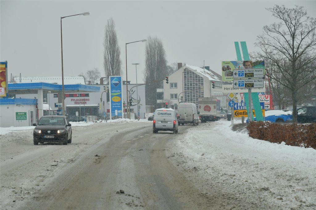Lünens Straßen präsentieren sich auch am Mittwoch (10.2.) mit einer dicken Eis- und Schneedecke, wie hier an der B236.