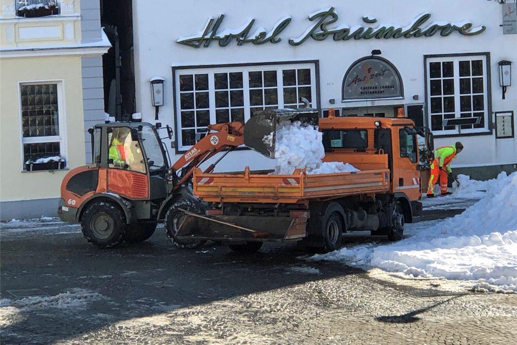 Der Bauhof Werne räumt am Donnerstag, 11. 2. 2021, auf dem Marktplatz den zusammengeschobenen Schnee weg, damit der Wochenmarkt stattfinden kann.