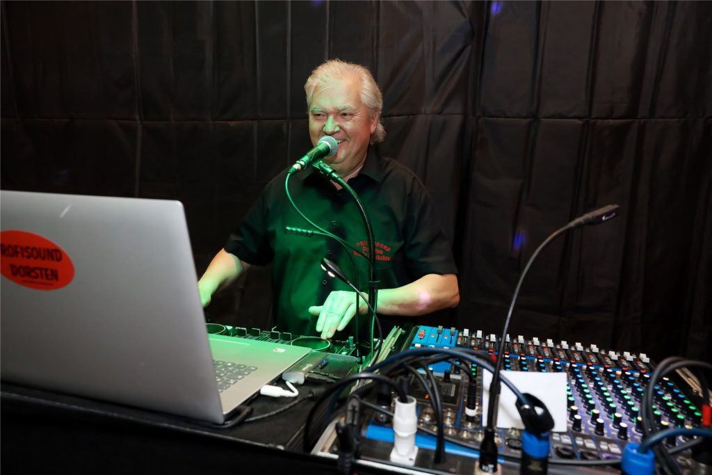 DJ Peter Suttrop an den Plattenteller wird für Partystimmung sorgen.