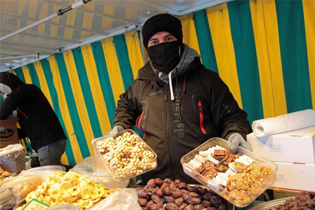 Markthändler Mourabi präsentiert seine Trockenfrüchte. Eisige Temperaturen machen ihnen nichts auf. Und er ist ebenfalls gewappnet gegen die Kälte.