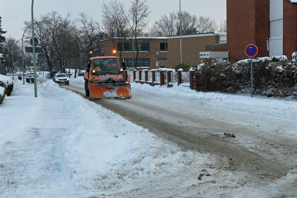 Der Winterdienst des Baubetriebshofes räumt und streut auf der Tenhagenstraße. Hier sind zum einen Teil die Mitarbeiter der Stadt, zum anderen Teil Anwohner für das Räumen der Straße zuständig.