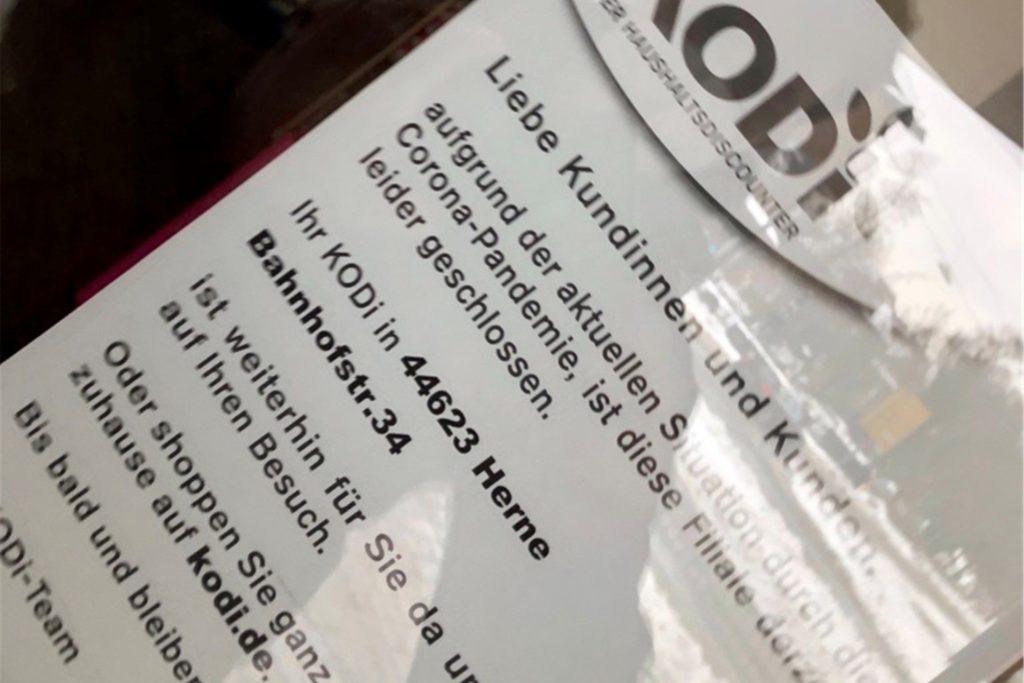 Im Schaufenster des Kodis am Busbahnhof hängt ein Zettel, der den Kunden den geöffneten Kodi in Herne empfiehlt.