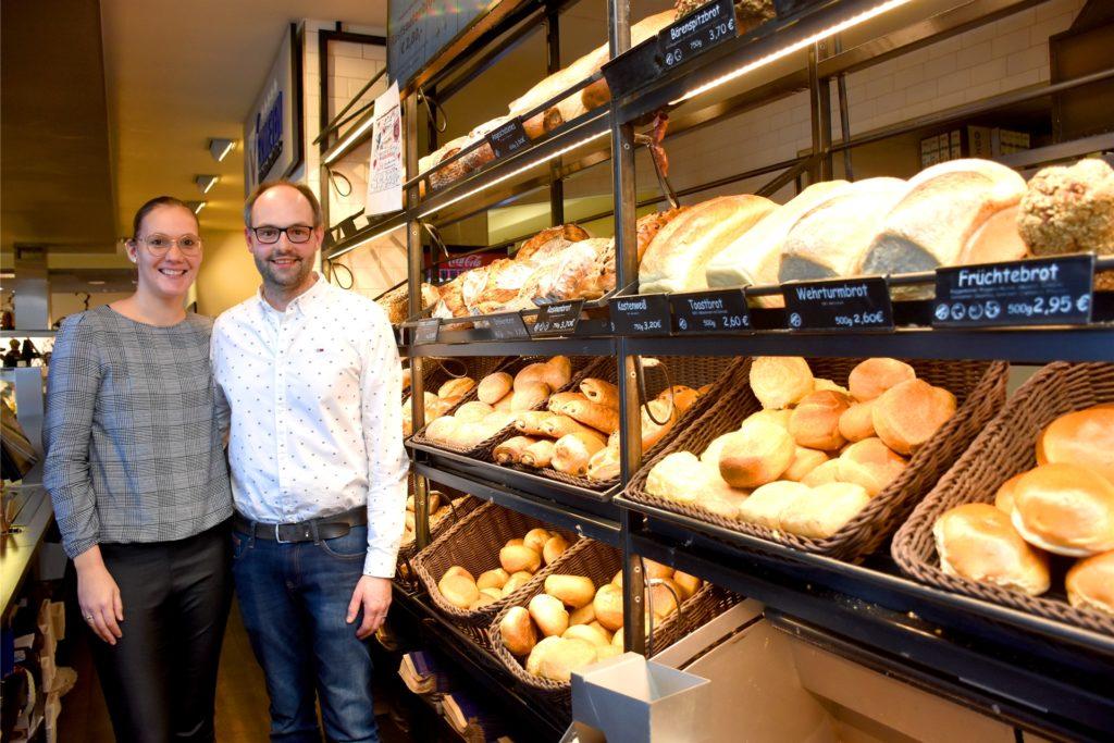 Anna (30) und Thomas (33) Rotert-Nienhaus werden die Bäckerei Verweyen in den kommenden Jahren komplett übernehmen. Den Handwerksbetrieb mit rund 50 Mitarbeitern und bisher vier Filialen wollen sie dabei so weiterführen wie Susanne und Manfred Verweyen es in den vergangenen 30 Jahren getan haben.