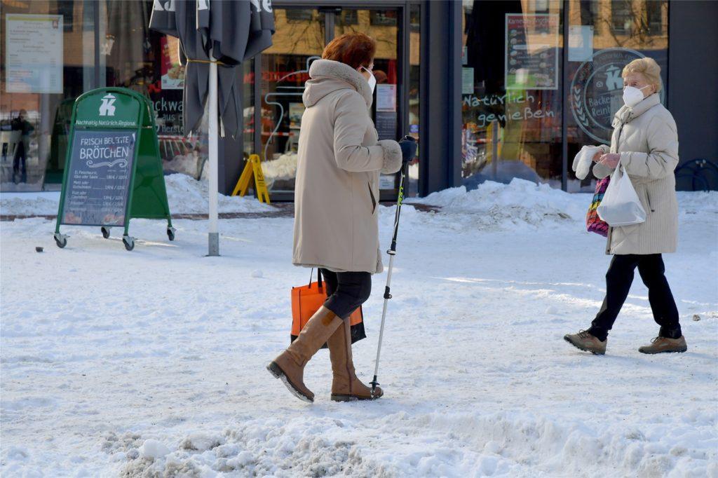 Die Innenstadt präsentierte sich nach dem Wintereinbruch unterschiedlich: Der Marktplatz ist für den Wochenmarkt geräumt, auf anderen Straße liegt noch eine dicke Schnee- und Eisdecke.