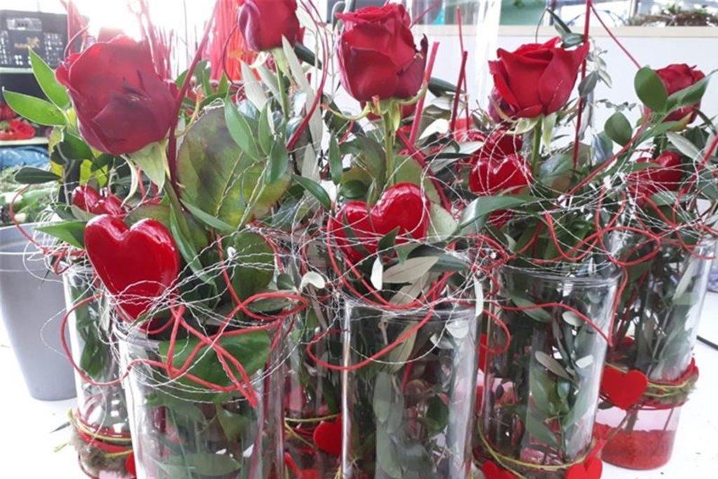 An Valentinstag gibt es spezielle Gestecke mit den Insignien des Liebestages: Rot und Herzen.