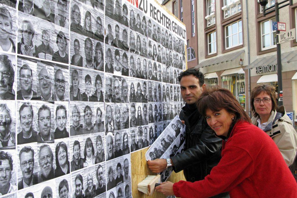 Doris Spangenberg Im Bild mit Andrea Collet (r.) und Kosta Daniilidis bekleben eine Plakatwand für die