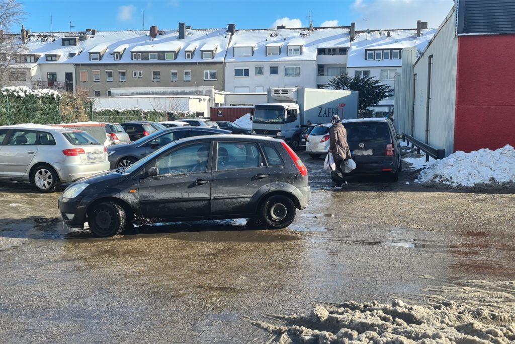 Der Parkplatz des Lebensmittelmarkts Zafer an der Bergstraße ist seit Dienstag schneefrei.