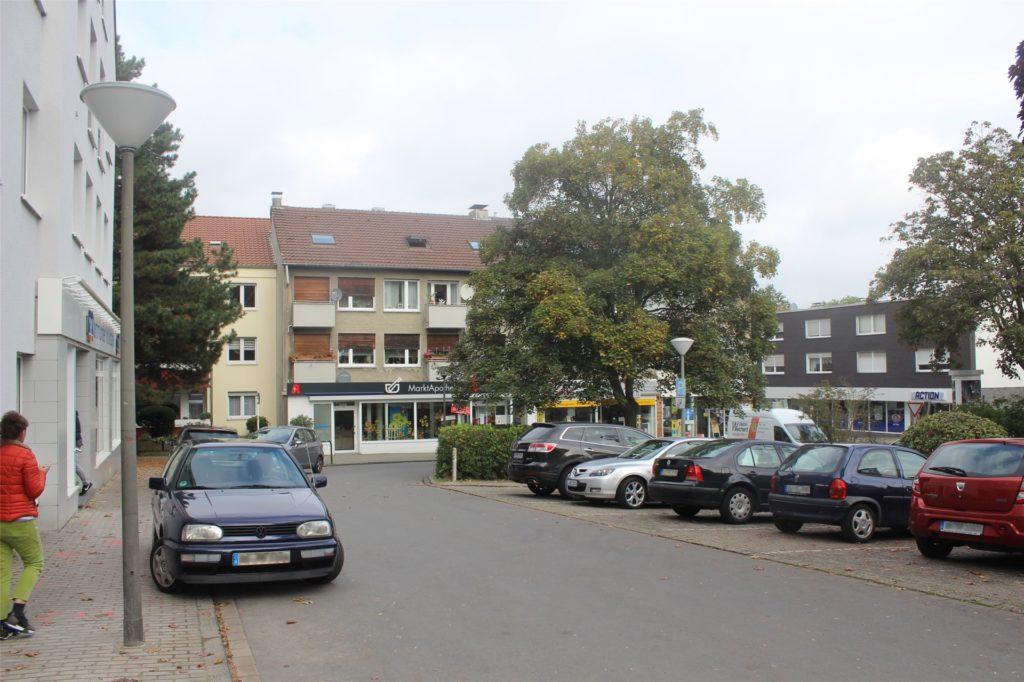 Arztpraxen, Bankautomaten und verschiedene Gewerbe ziehen im Wellinghofer Zentrum Parkplatzsuchende an.