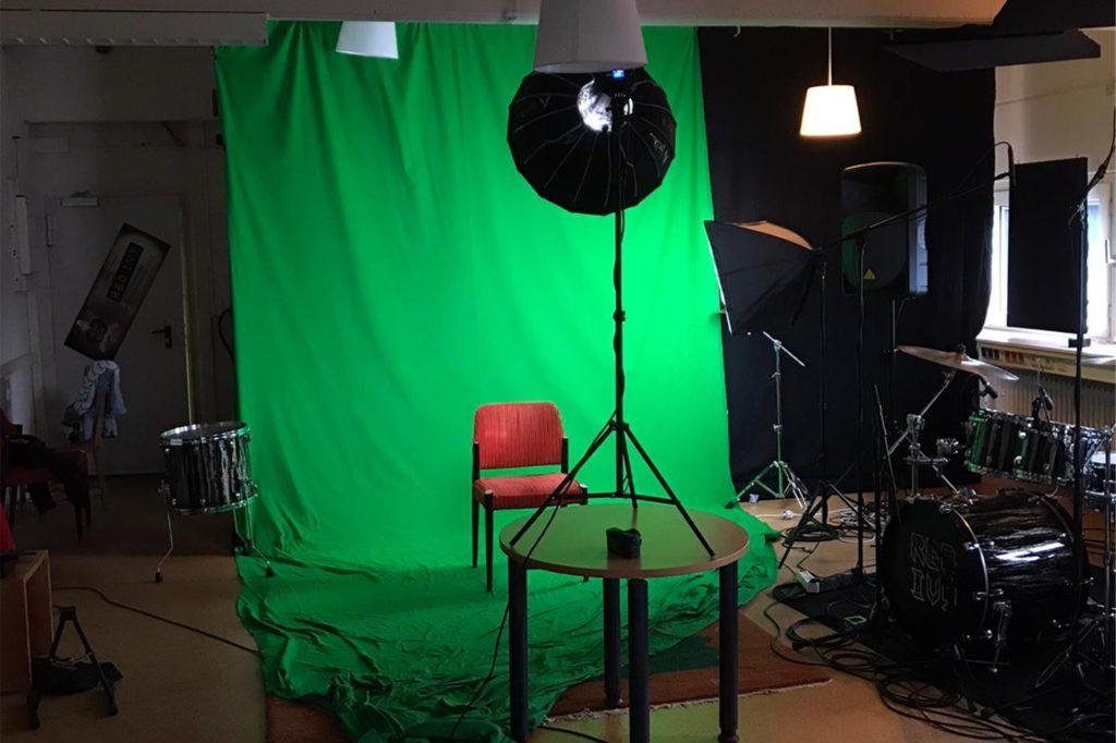Mithilfe eines Greenscreen wurde das neue Musikvideo aufgenommen und am Ende zusammengeschnitten.