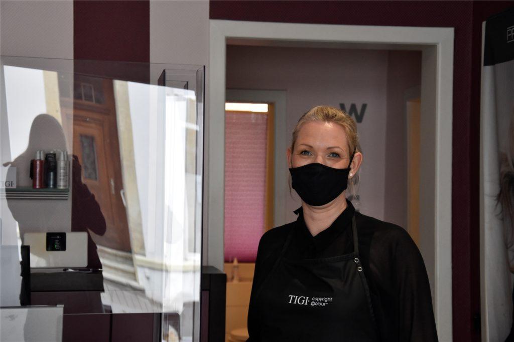 Friseurmeisterin Katrin Stockhausen (43) freut sich, dass sie ihren gleichnamigen Salon bald wieder öffnen darf. Allerdings wird es zunächst einen sehr eingeschränkten Betrieb geben.