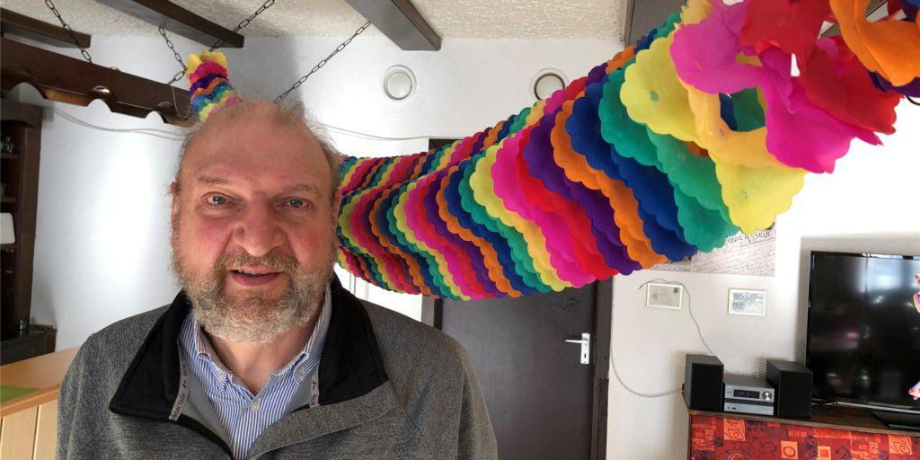 Bruno Schwenk, der Wirt vom Lindenhof in Wickede, hat seinen Betrieb karnevalistisch geschmückt, auch wenn das nur die Essens-Abholer kurz genießen können