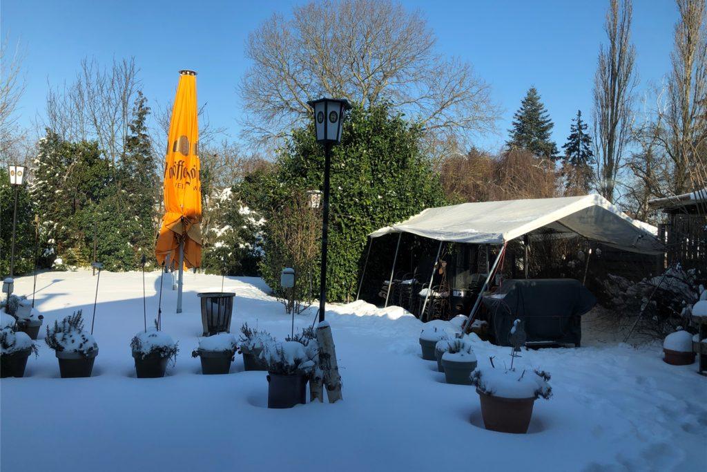 Ein Blick in den verschneiten Garten des Lindenhofs. Bruno Schwenk möchte ihn weiter ausbauen, damit im Sommer mehr Gäste darin Platz haben