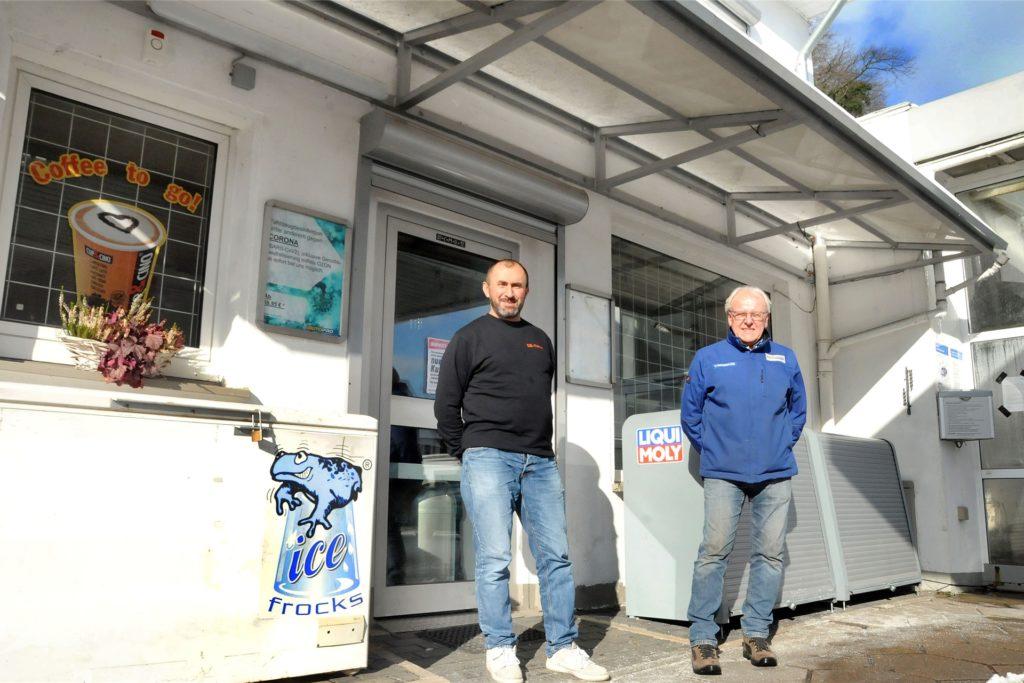Idris Alcan (l.) wird auch den Tankstellen-Shop von Martin Matschullies mit den beliebten Bockwürstchen weiterbetreiben.