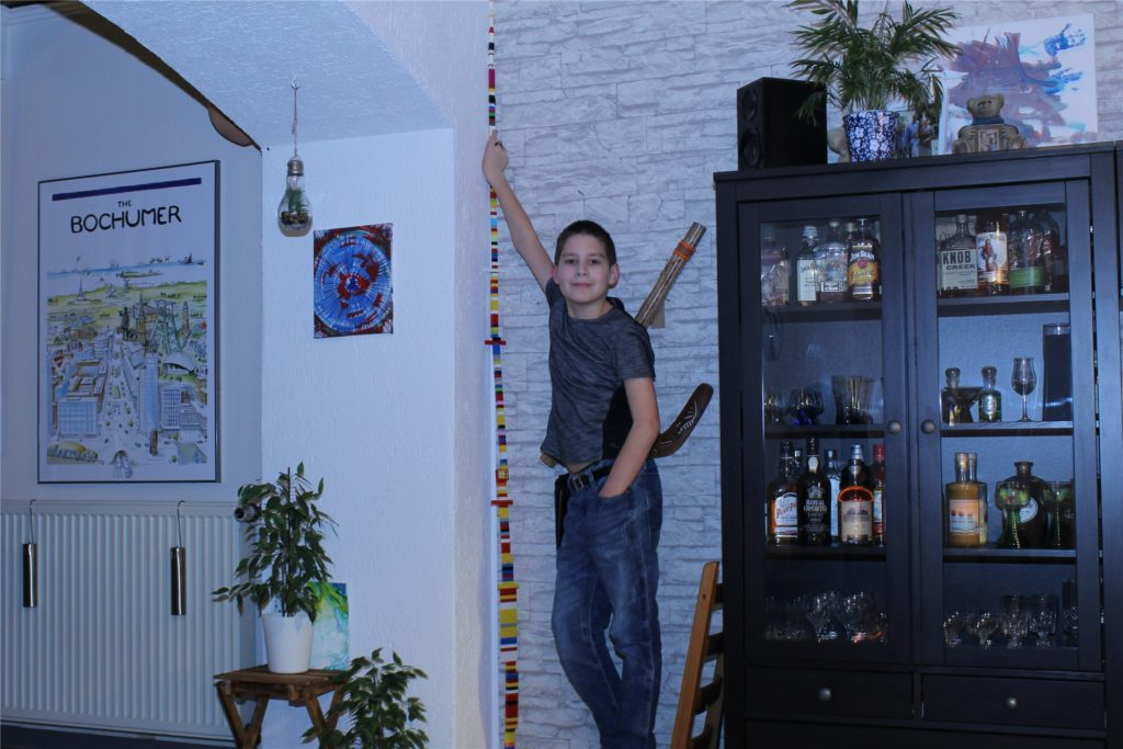 Christian Trivisani mit seinem hohen Legoturm. Höher ging es nicht – die Decke des Wohnzimmers war im Weg.