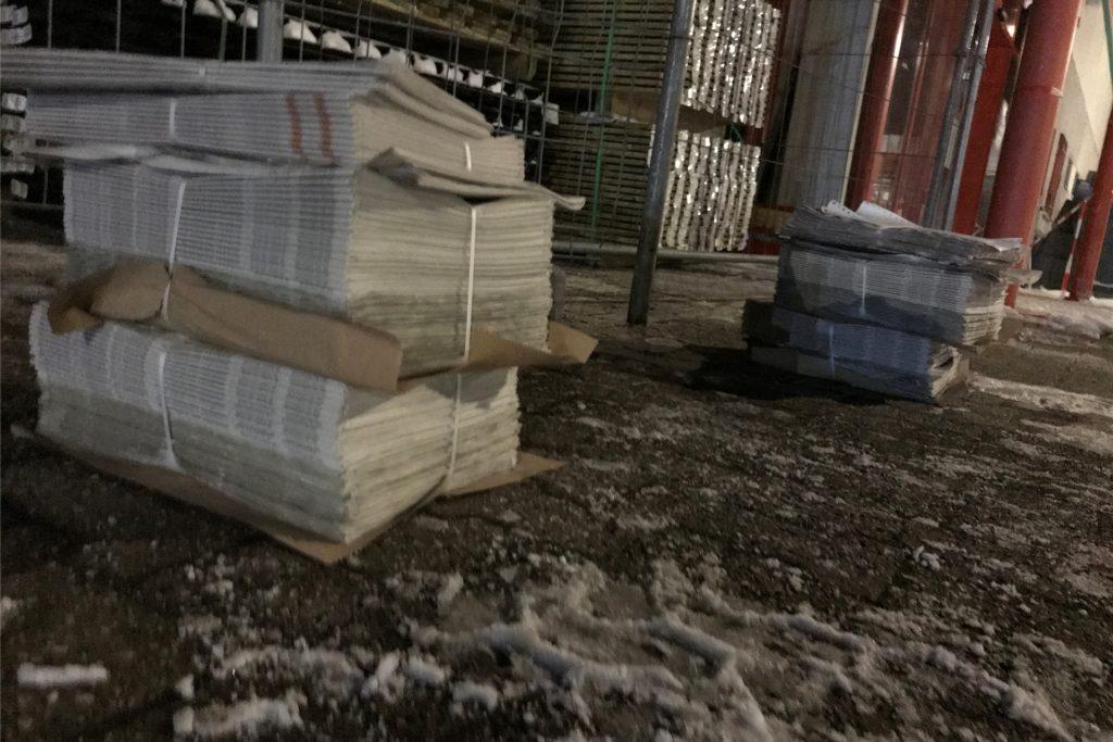 So einen Zeitungsstapel verteilt ein Zusteller eines Bezirks in einer Nacht. Über 100 Exemplare. Bei einer Auflage von rund 100.000 kommen so im ganzen Verbreitungsgebiet etwa 1000 Bezirke zusammen. Einige Zusteller erledigen nachts zwei Bezirke nacheinander.