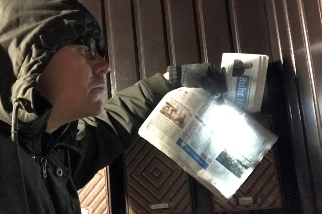 Es ist nicht einfach, mitten in der Nacht in einem Viertel nach den richtigen Briefkästen zu suchen. Manch ein Kunde möchte seine Zeitung lieber in der Zeitungsrolle oder im Hausflur haben.