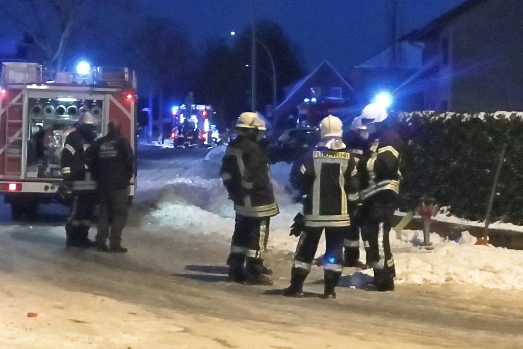 Zunächst mussten die Feuerwehrleute die Hydranten (rechts) unter Schnee und Eis suchen und freilegen.