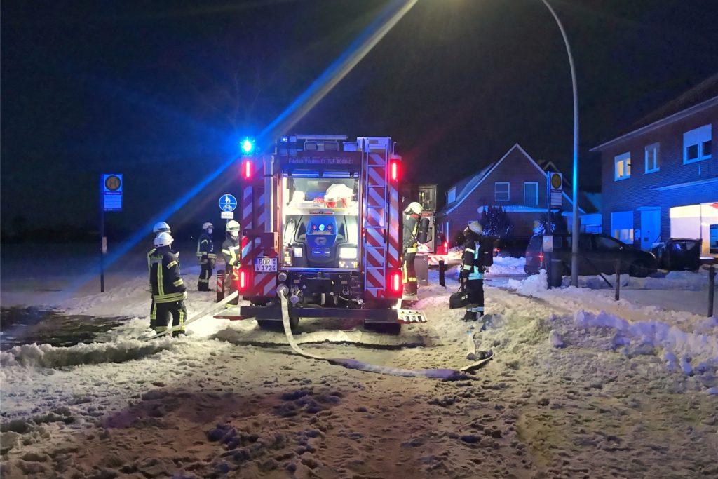 Einsatz im Schnee hieß es am Samstagabend für die Feuerwehrleute aus Ammeloe und Vreden.
