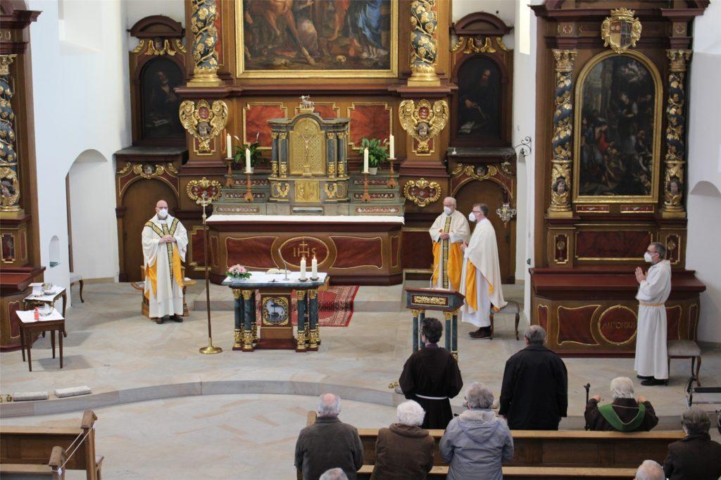 Auch die Geistlichen trugen während der Messe Masken und hielten genug Abstand zueinander.