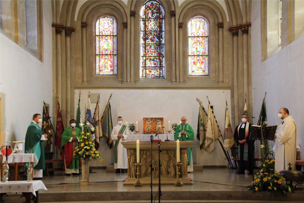 Coronagerecht auf Abstand: Die Geistlichen bei der Einführung von Siegfried Thesing