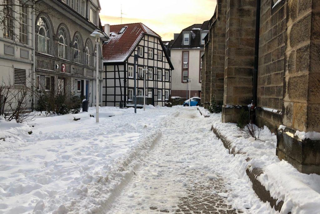 Auf der unteren Bildhälfte ist der geräumte und gestreute Weg neben der Lambertus-Kirche gut zu erkennen.
