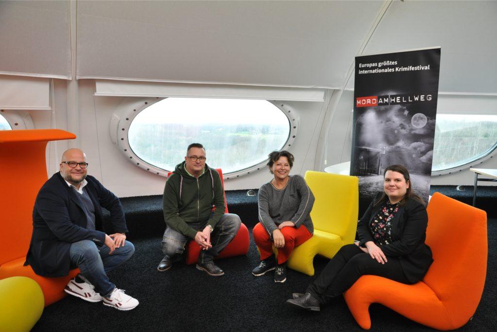 In den Design-Sesseln oben im Ufo trafen sich vor einem Jahr  (v.l.) David Zolda (Kulturüro Lünen), Betriebsleiter Carsten Balzer, Autorin Elisabeth Herrmann und Sina Ziegler vom Organisationsteam des Festivals