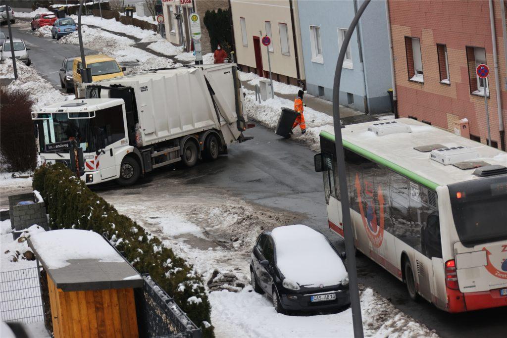 Das Bild am Montagmorgen (15.2.): Die Müllabfuhr fährt wieder durch die Stadt, die Linienbusse auch. Viele Straßen sind inzwischen frei von Schnee, aber nicht alle. Allerdings bleibt es in den kommenden Tagen und Nächsten frostfrei.