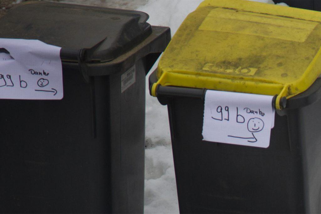 Die Bewohner der Holzstraße 99b haben ihre Tonnen beschriftet. Normalerweise stellen sie ihre Tonnen in eine noch ungeräumte Seitenstraße. Jetzt haben sie die Tonnen zur