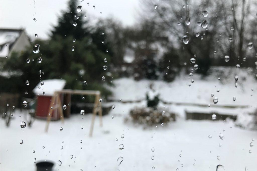 Draußen liegt noch immer viel Schnee, doch am Montag gegen 11.15 Uhr hat Regen in Castrop-Rauxel eingesetzt.