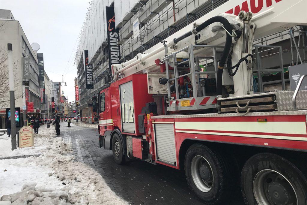 Die Feuerwehr ist sicherheitshalber mit einer großen Drehleiter angerückt, musste diese aber nicht aufbauen.